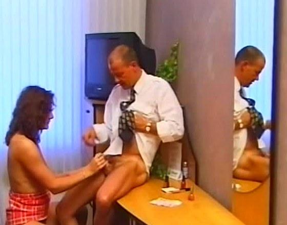 Brasiliansk babe sutter pik og får munden fyldt med sperm